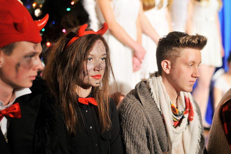 FOTO: Anioły i dźwięki kolęd wypełniły licealną aulę - foto: M. Derucki