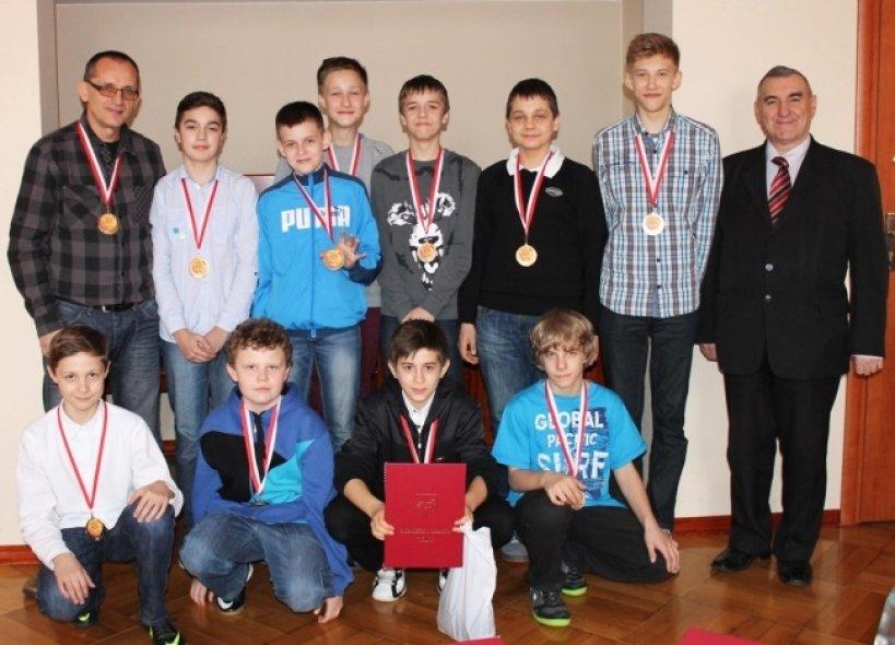 Młodzi siatkarze z wizytą u Burmistrza  - Foto: www.miastoturek.pl
