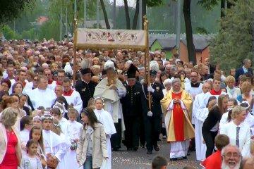 Wideo: T�umy wiernych na procesji Bo�ego Cia�a...