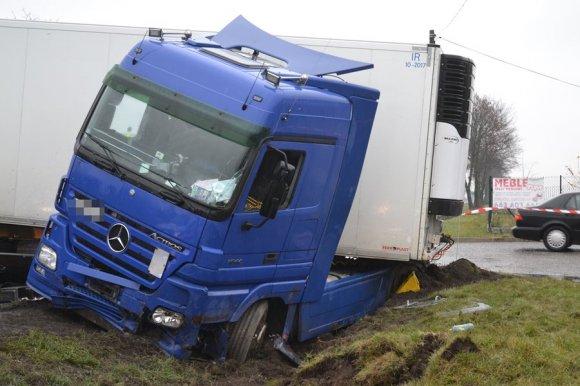 Przykona: Ciężarówką wjechał do rowu