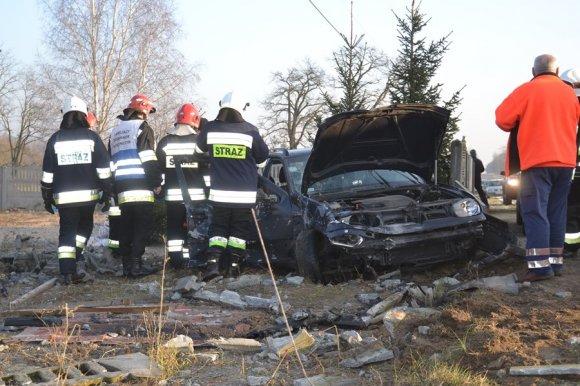 Volkswagen uderzył w betonowy płot. Wśród...