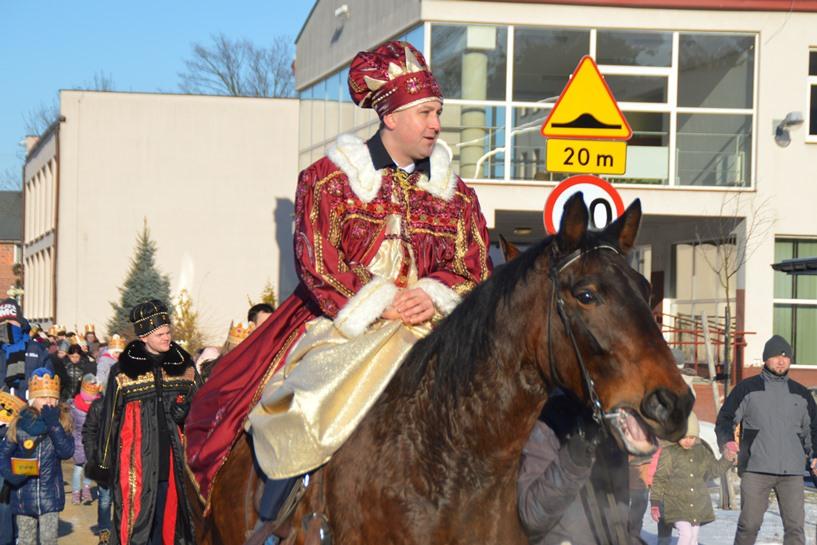 Tuliszków: Piękny Orszak Trzech Króli rozradował mieszkańców - foto: Arkadiusz Wszędybył