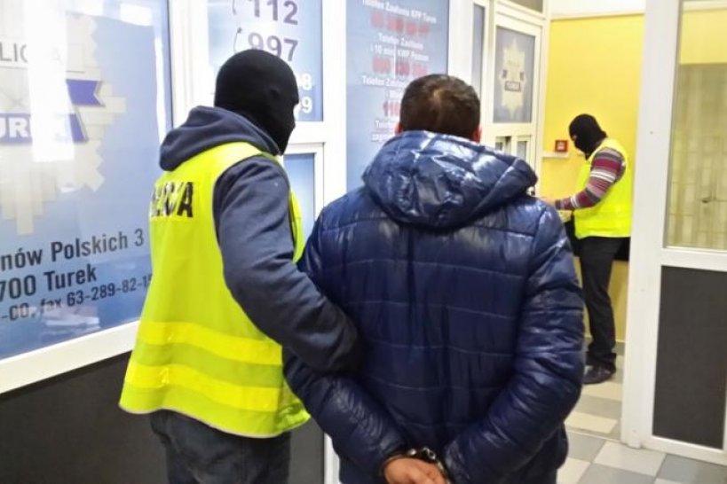 Kawęczyn: Uciekał Policji kilka kilometrów, aż wpadł do rowu. Kradzione rzeczy wypełniały bagażnik auta - foto: KPP w Turek / www.turek.policja.gov.pl