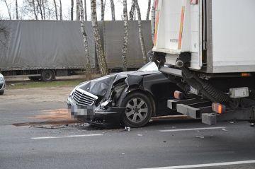 Olszówka: Zderzenie mercedesa i ciężarówki. Ruch na K72 został zablokowany