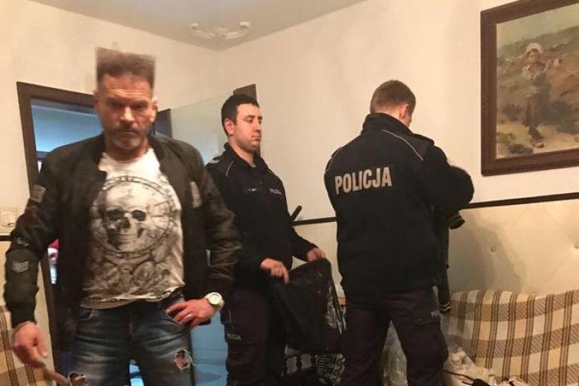 Grabieniec: Złodzieje ukradli, Rutkowski odzyskał. Odzież warta 200 000 zł była ukryta w Żychlinie - Krzysztof Rutkowski na Facebook.com