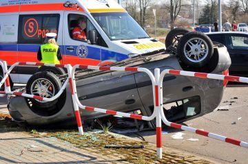 Wideo: Zderzenie na skrzyżowaniu. Clio dachowało
