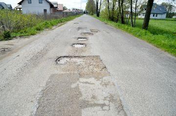 Gm. Turek: Wycięli dziury w asfalcie, łatają...