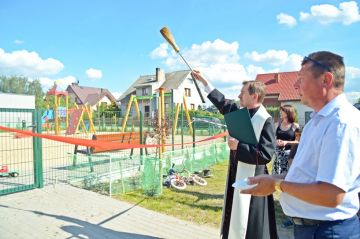 Słodków Kolonia: Mają plac zabaw i siłownię....