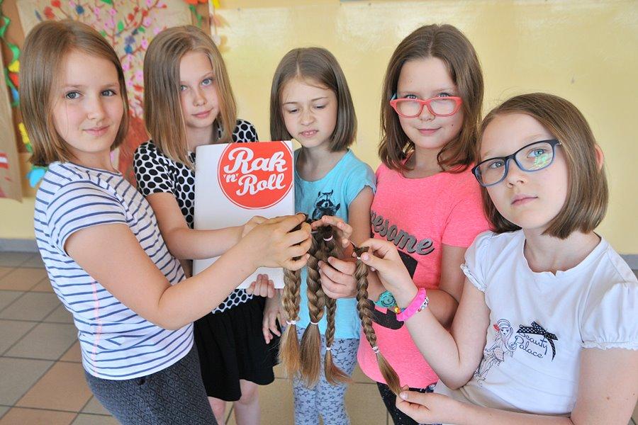 SP4: Uczennice oddały włosy na peruki dla chorych kobiet - foto: M. Derucki