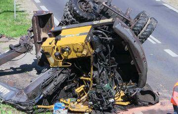 Wideo: 25-tonowa koparka zawadziła o wiadukt i spadła z lawety