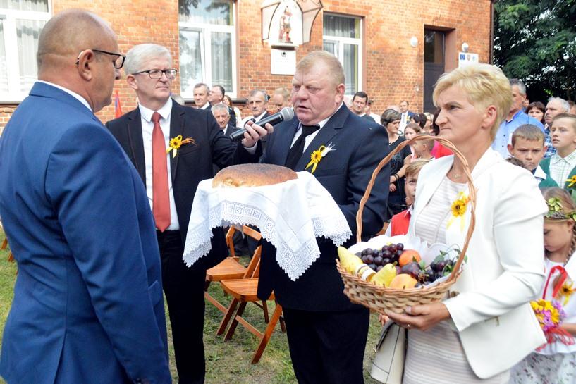 Ogorzelczyn: Słodko-gorzkie dożynki. Wspominali śp. Jana Nowakowskiego, pałaszowali miód, lecieli balonem - foto: Arkadiusz Wszędybył