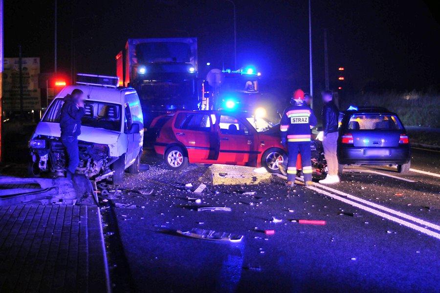 Przykona: Zderzenie trzech aut przy stacji paliw