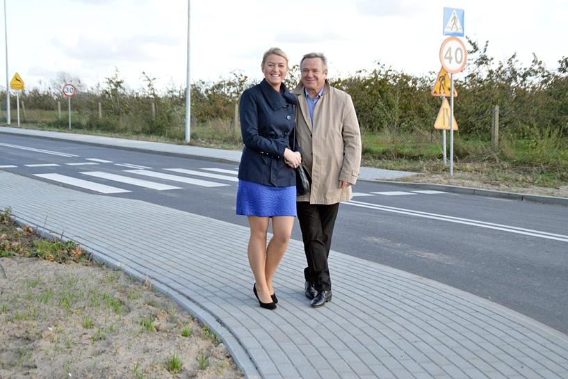 Piętno: Przebudowali drogę powiatową za 2,7 mln zł. Dziur nie ma, jest radość - Kierownik Paruszewski i radna Seńko podziwiali efekt prac.