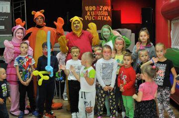 Dzieci na urodzinach Puchatka. Żółty...