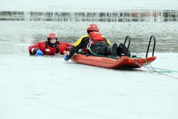 Lód pękł, człowiek w wodzie. Jak ratować życie...