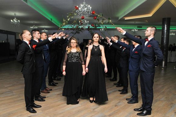 Uczniowie ZSR CKP zatańczyli poloneza....