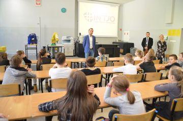 Wideo: InfoBase wspiera program INTJO. Dzieci z...