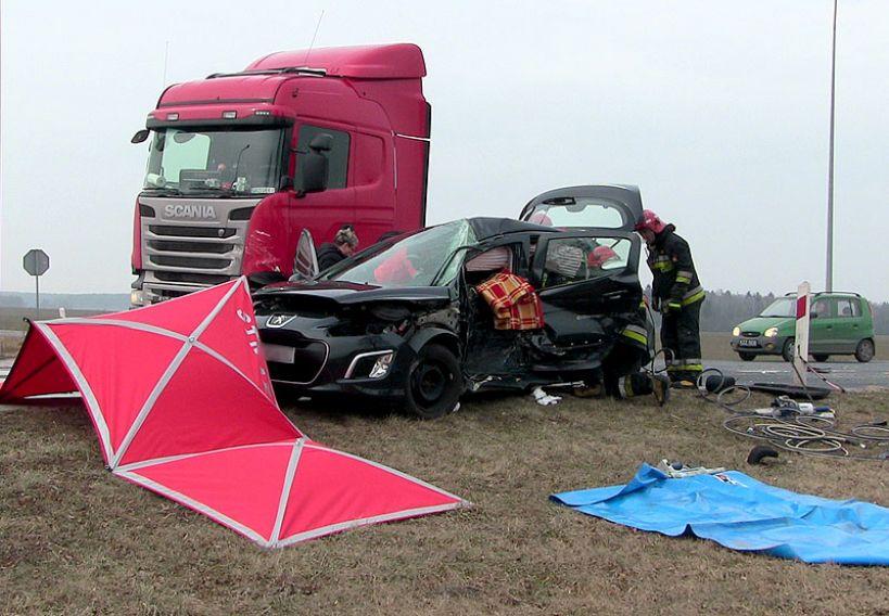 Wideo: Zderzenie z ciężarówką w Brudzyniu. Mężczyzna nie mógł wydostać się z osobówki