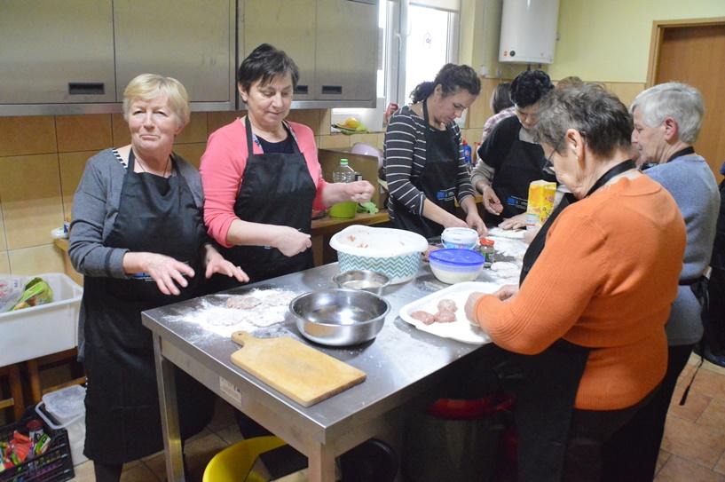 Dziadowice-Folwark: Gotują tradycyjnie i zdrowo podczas warsztatów kulinarnych
