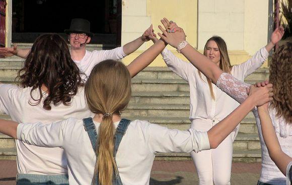 Wideo: Tańczyli dla Jana Pawła II. FishMob 2018...