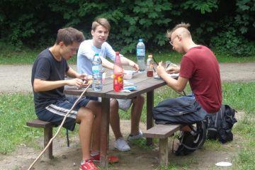 Gimnazjaliści na pikniku